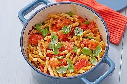 Tomaten-Nudel-Topf mit Basilikum