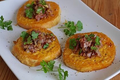 Gebackene Süßkartoffelscheiben mit Cheddar und Speck-Schalotten-Mischung