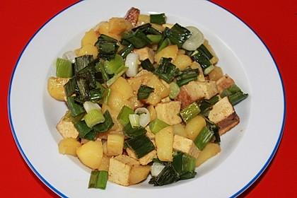 Kartoffel-Tofu-Currypfanne mit glasierten Frühlingszwiebeln