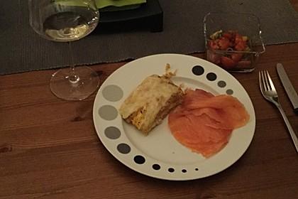Reibekuchenrolle mit frischem Tomatensalat und Lachs