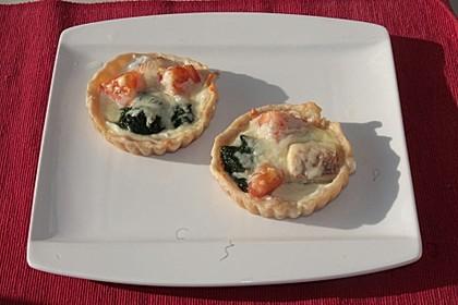 Mini-Tartelettes mit geräucherter Forelle, Spinat, Meerrettich-Frischkäse mit Mozzarella überbacken