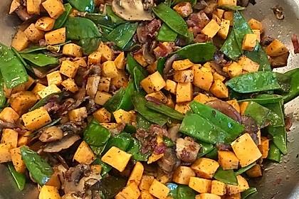 Gebratene Kaiserschoten und Champignons an Süßkartoffelwürfeln 1