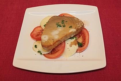 Geräuchertes Thunfischfilet auf Tomaten-Mozzarella-Caprese
