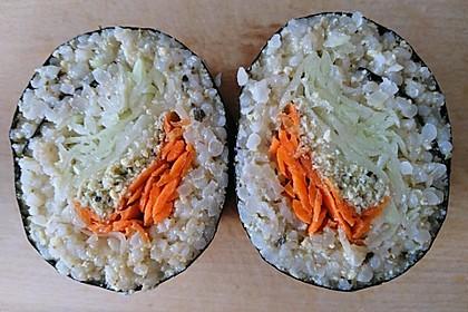 Veganes Sushi XXL, gefüllt mit Gemüse und Hülsenfrüchtecreme
