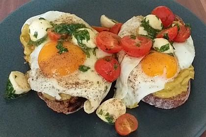 Caprese-Avocado-Breakfast-Toast (Bild)