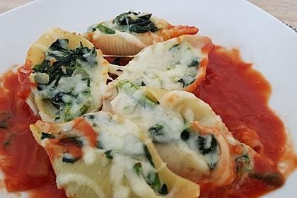 Muschelnudeln mit Spinat und Tomatensoße