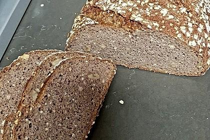 Dinkel-Weizen-Vollkornbrot mit gekochter Hirse (Bild)