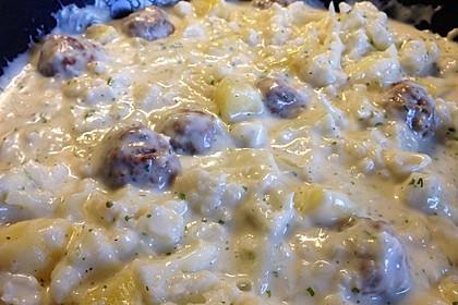 Blumenkohl mit Hackbällchen und Kartoffeln in heller Soße