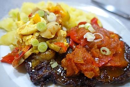 Steak mit Champignon-Ackee-Gemüse und Tomatensauce
