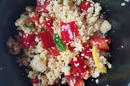 Couscous-Salat mit Zitrone, Minze und Rosinen