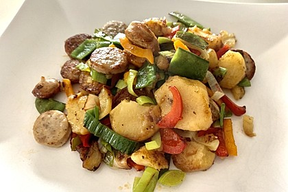 Bratwurst-Kartoffel-Pfanne mit Gemüse (Bild)