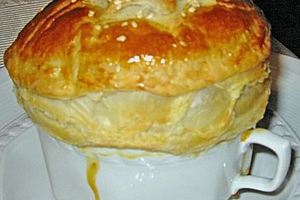 Weißwein-Käse Suppe mit Blätterteighaube 3