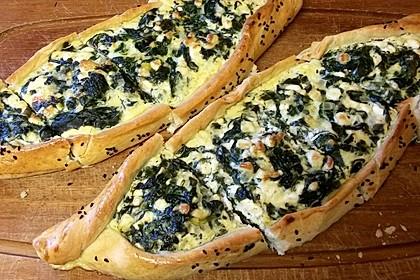 Pide mit Spinat, Schafskäse und Ei
