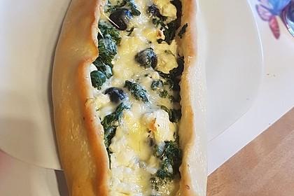 Pide mit Spinat, Schafskäse und Ei 8