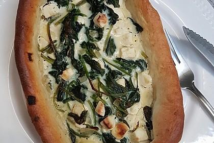 Pide mit Spinat, Schafskäse und Ei 12