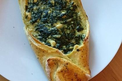 Pide mit Spinat, Schafskäse und Ei 17
