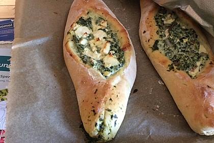 Pide mit Spinat, Schafskäse und Ei 21