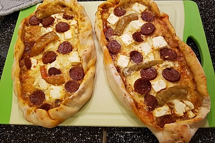 Türkische Pide mit Käse und Sucuk 10