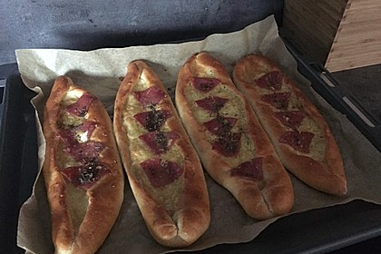 Türkische Pide mit Käse und Sucuk 19