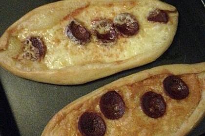 Türkische Pide mit Käse und Sucuk 20