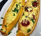 Türkische Pide mit Käse und Sucuk (Bild)