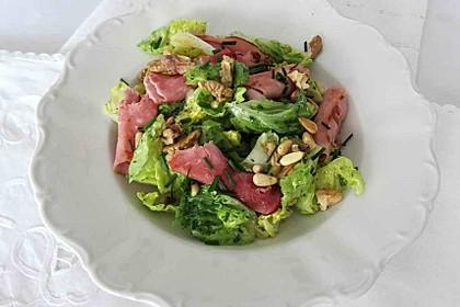 Grüner Salat mit gebratenen Schinkenröllchen, Walnüssen und Pinienkernen