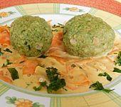 Bärlauchknödel auf Gemüse (Bild)
