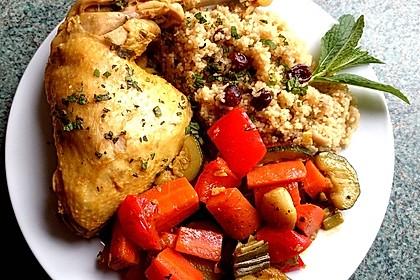 Rosinen-Couscous mit Hühnerkeulen und Gemüse