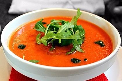 Tomaten-Erdbeer-Suppe mit Minzpesto und Rucola (Bild)