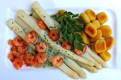 Spargel an Kräutersauce mit gebratenen Gnocchi und Garnelen 1