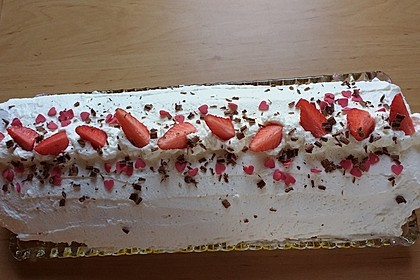 Erdbeerbiskuitrolle mit Yogurette 2