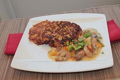 Butterpilz-Paprika-Lauchzwiebel-Sauce mit Wildkräutern