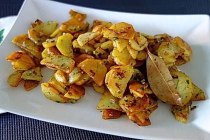 Bratkartoffeln aus rohen Kartoffeln mit Knoblauch und Dill