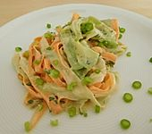 Sahne-Gurken-Möhren-Salat mit Sonnenblumenkernen (Bild)