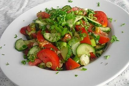 Tomaten-Gurken Salat mit Dill und Petersilie