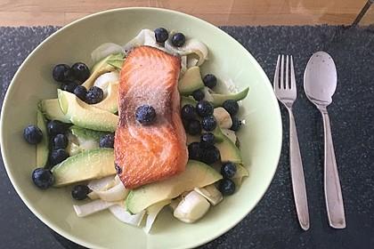 Lauwarmer Chicorée-Salat mit kross gebratenem Lachs, Kapern, Avocado und Blaubeeren