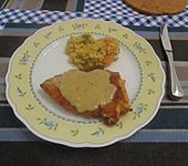 Panierte Putenschnitzel mit Zwiebelsoße (Bild)