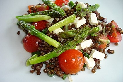 Linsensalat mit grünem Spargel und Feta