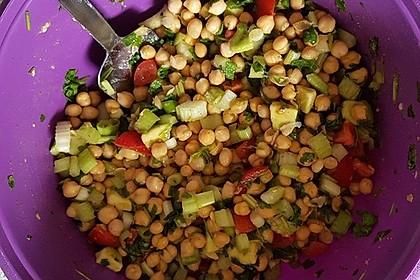 Schneller Kichererbsensalat mit Staudensellerie, Tomate und Avocado (Bild)