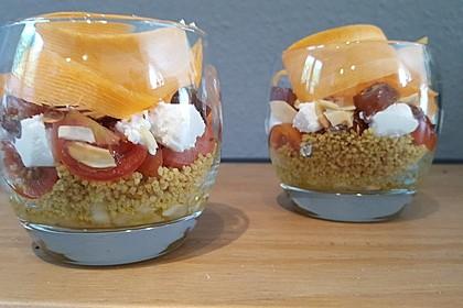 Couscous-Schichtsalat mit Datteln, Ziegenkäse und Orangendressing