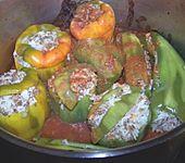 Gefüllte Paprika mit Hackfleisch und Reis in Tomaten-Sahne Soße (Bild)