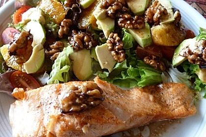 Kross gebratener Lachs mit einem Orangen-Pekannuss-Salat 2