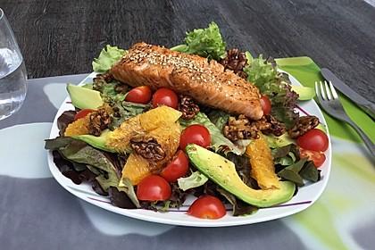 Kross gebratener Lachs mit einem Orangen-Pekannuss-Salat 1