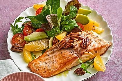 Kross gebratener Lachs mit einem Orangen-Pekannuss-Salat
