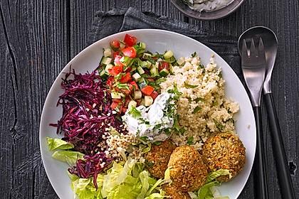 Orientalische Bowl mit Falafel und Joghurtsauce