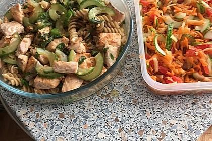 Lachs-Gurken-Ragout mit Kräuterpasta und Salat