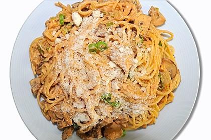 Spaghetti mit Champignons, Frühlingszwiebeln und Kräuter-Crème fraîche (Bild)