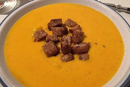 Kürbis-Orangen-Suppe mit Zimt-Croûtons 6