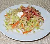 Eisberg - Karotten - Salat mit roten Zwiebeln und Bauchspeck (Bild)