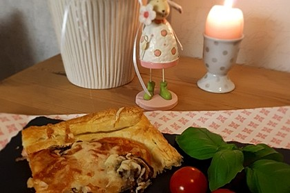 Blätterteigpizza Schinken-Champignon-Tomaten (Bild)
